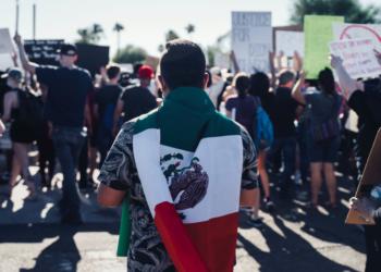 Escuela le niega diploma a estudiante tras llevar una bandera mexicana a la graduación
