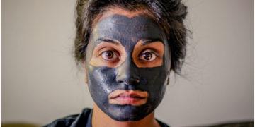 Mujer se vuelve viral al usar una mascarilla verde en el rostro