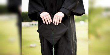 Le niegan diploma por llevar falda