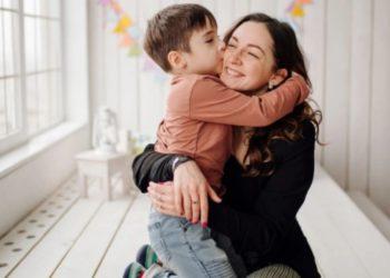 niño defiende madre ladrones