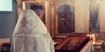 sacerdote mujer aborta