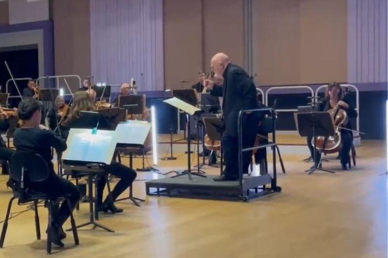 abuelito con demencia dirigió una orquesta