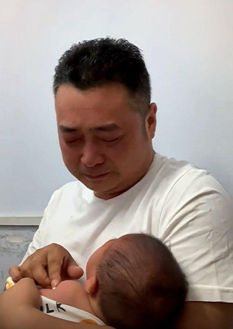 Un padre rompe en llanto cuando su hijo es vacunado