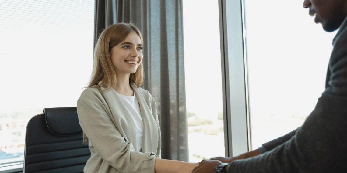 joven sonreír entrevista
