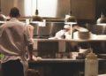 Mujer cuenta restaurante